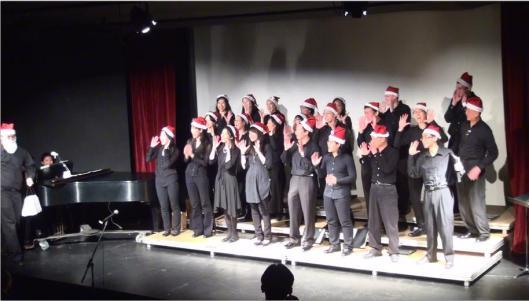 劍橋合唱團戴聖誕帽演唱安可曲。