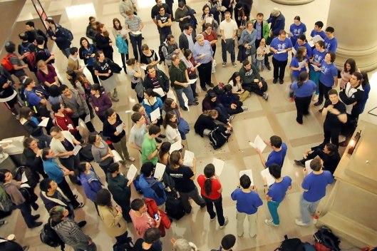 Techiya在大廳帶領大家合唱光明節歌曲。(攝影:Scott Arfin)