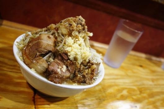 加菜的二郎系拉麵,根本是兩碗裝在一碗裡...