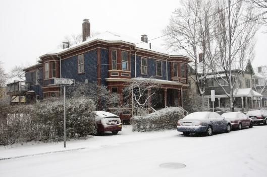 覆上薄薄白雪的街道