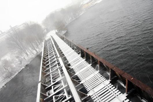 波士頓大學大橋俯瞰鐵路橋上的積雪