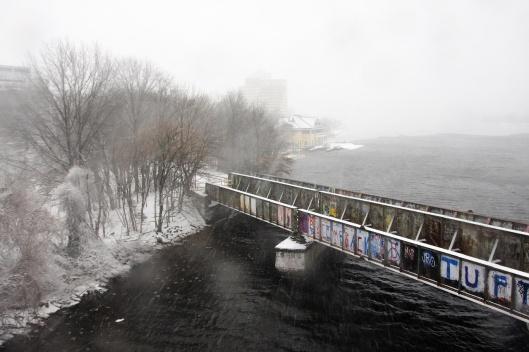 鐵路橋的側面。遠處積雪的河面與天空幾乎分不清界線