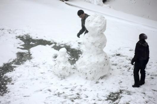 大雪人完成!左邊還有一個小雪人作伴