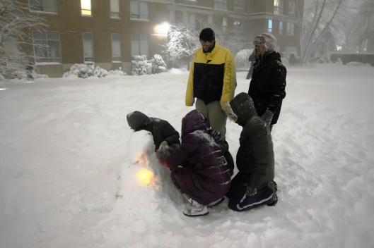 這個雪人用螢光棒當手