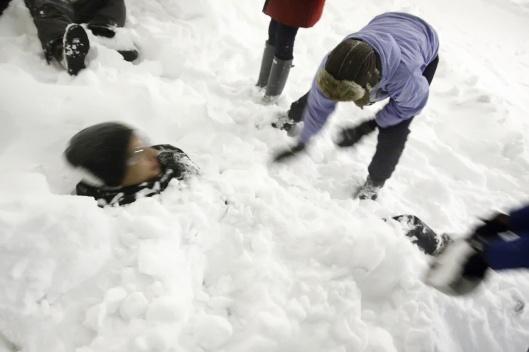 還有人被同伴用雪埋起來