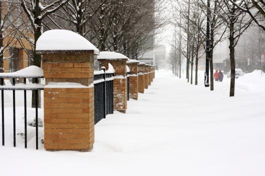 人行道上超過膝蓋高的雪