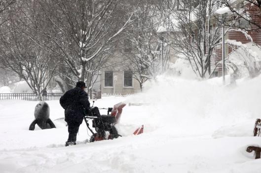 人們用吹雪機拼命除雪