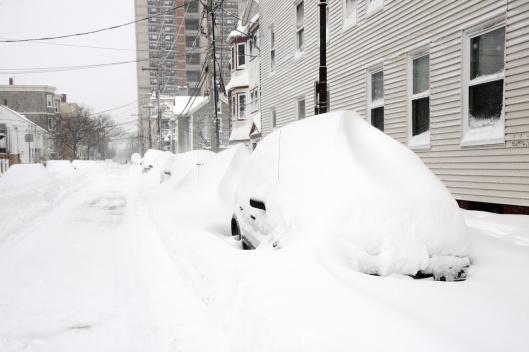 路邊汽車被大雪掩埋,難以辨認