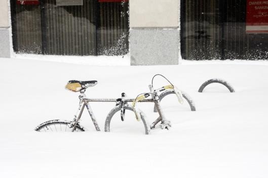 腳踏車車輪幾乎完全被雪掩埋