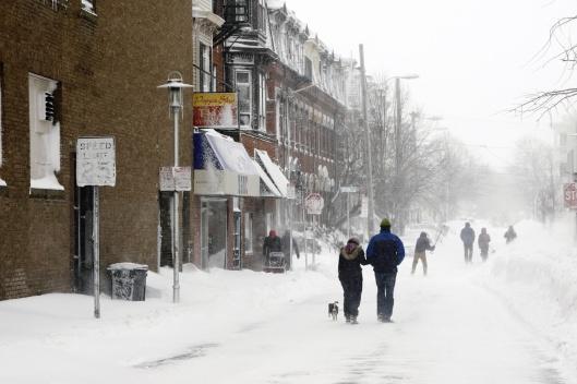 街上散步與掃雪的人群