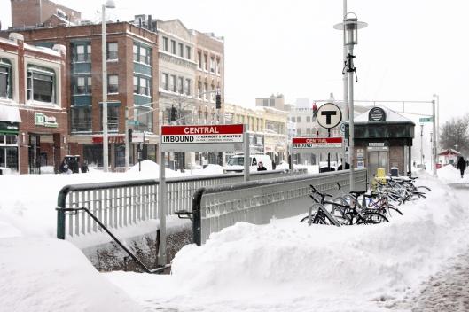 大雪中關閉的地鐵站入口