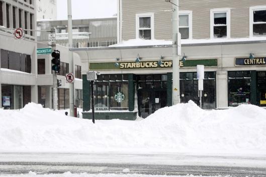 星巴克前半層樓高的雪堆