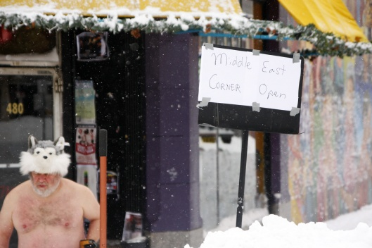 這位打赤膊的猛男把店門口的雪鏟得乾乾淨淨,好讓餐廳能正常營業!其他餐廳幾乎都仍關閉