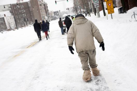 這位仁兄拿塑膠袋當作克難雪鞋...可是這樣不會很滑嗎?