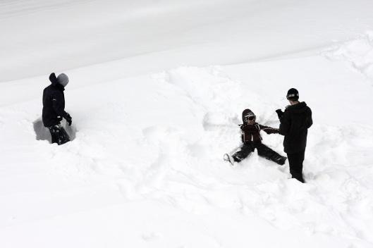 這麼厚的雪很難弄雪天使吧...?一躺就陷下去了