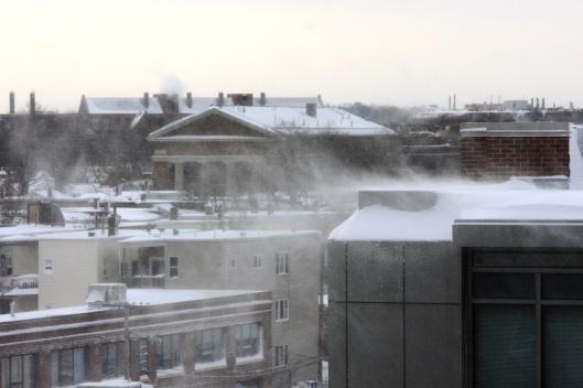 屋頂上積雪被風吹散如縷縷白煙