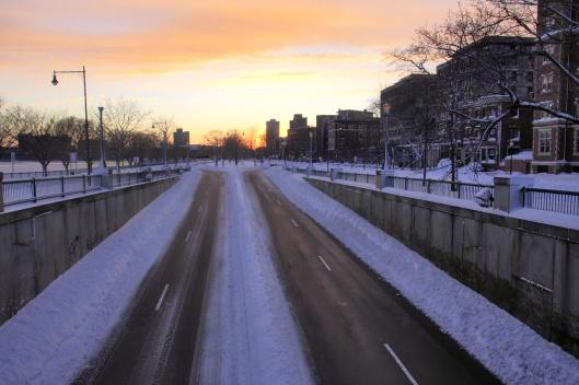 道路中央宛如紐澤西護欄一般的雪牆