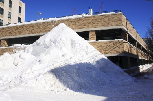 這雪堆也太高了吧...