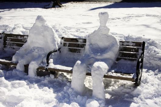 坐在板凳上的擬真「雪人」