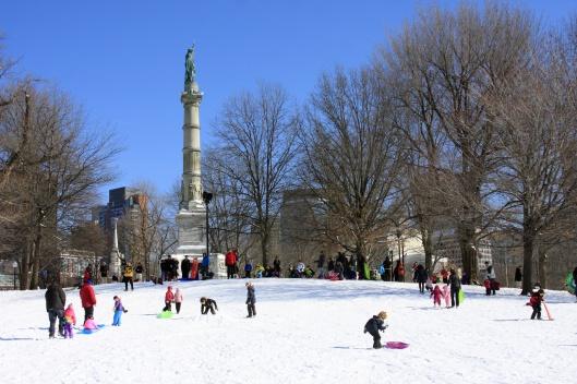 波士頓公園山丘上滑雪橇的人群