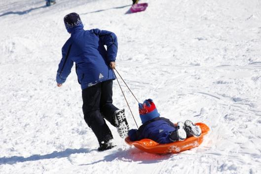 不像滑雪場有纜車可搭,滑到底要自己把雪橇拉回山頂上