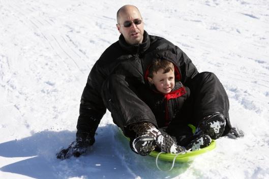 老爸陪小孩玩雪橇