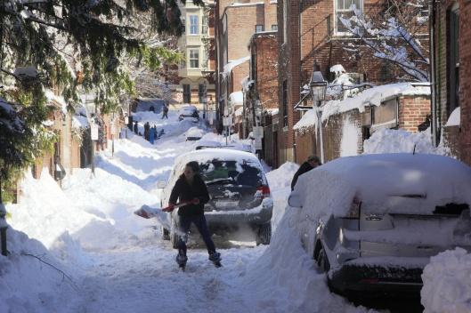 燈塔山街道上掃雪的民眾