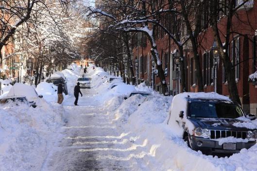 山坡積雪的街道