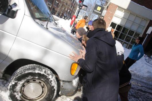 汽車卡在雪堆裡了,大家用力推呀!