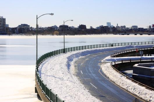 橋上雪堆有一車道寬