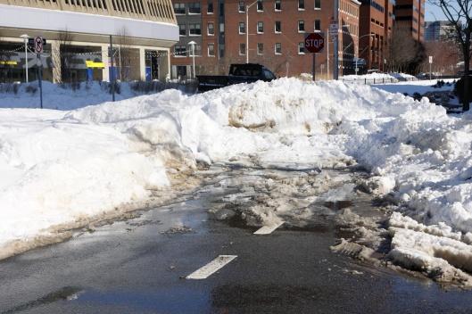 這雪推到路口就不推了是怎麼回事,不怕汽車硬生生撞上去嗎...?