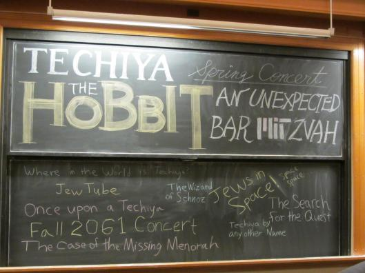 階梯教室黑板上的公演主題
