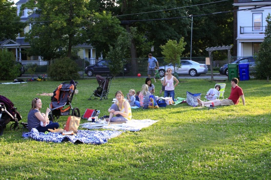 廣場上野餐的人群