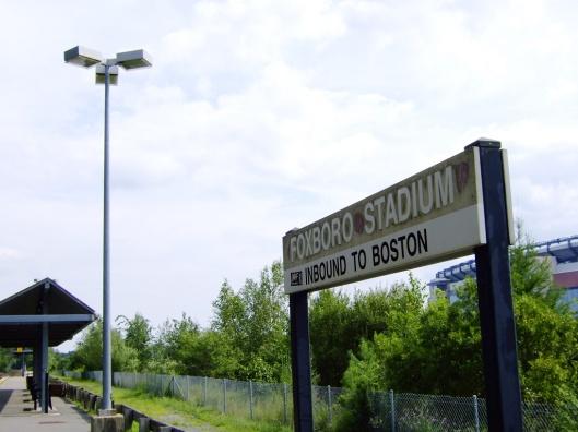 體育場旁的火車站,只有球賽日有車停靠