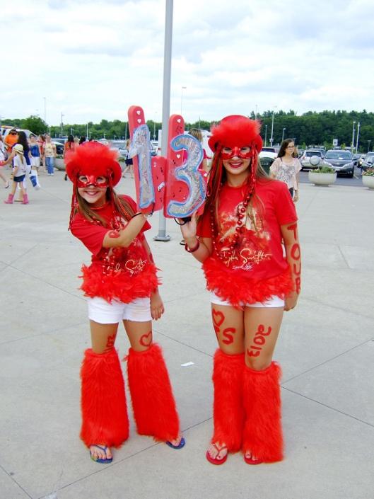 兩個全身紅衣的小女孩,看到我要拍照,趕緊把Taylor的幸運數字「13」擺好~