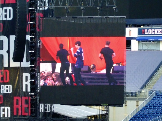 Austin Mahone在台上跳舞
