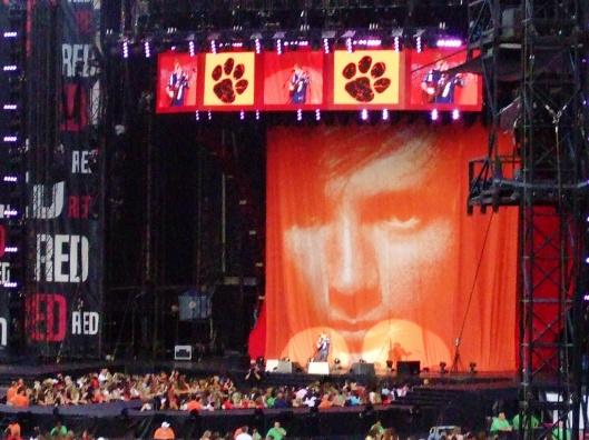舞台背景是Ed Sheeran的專輯「+」封面