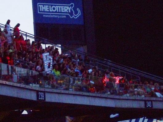 這幾位歌迷把RED的R拿掉,就變成ED了,既可以支持Taylor又可以應援Ed!