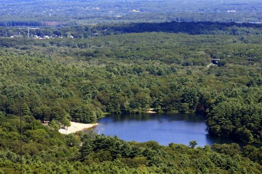 龐卡波格池,池邊一側有沙灘