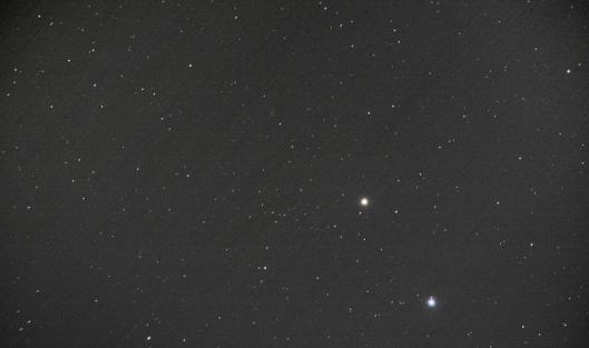 10/14的艾桑彗星。圖中下方藍色亮星是軒轅十四,中間紅色亮星是火星,中上可見艾桑彗星,和兩顆亮星連成直線。點擊可看大圖。