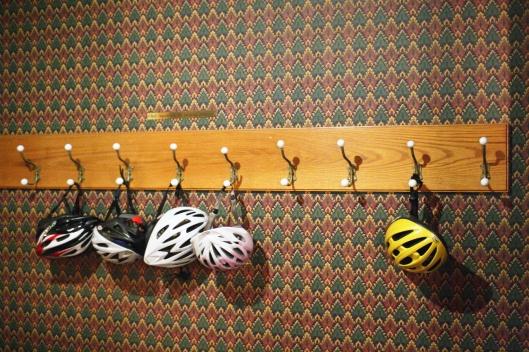 大廳掛外套用的鉤子,被我們拿來掛安全帽,一字排開XD