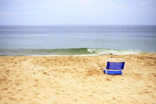 海邊無人的折疊椅