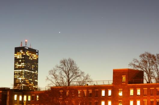 大樓右上方亮星是水星,再右上暗星是亢宿四(室女座λ星)。