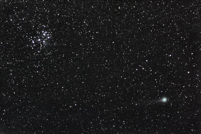 左上:昴宿星團,右下:C/2014 Q2 (Lovejoy)彗星。