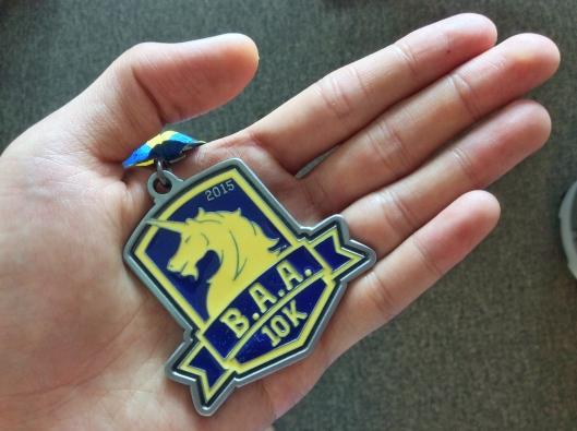 精緻的完賽獎牌,上面有B.A.A.的獨角獸標誌