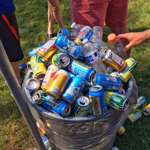 啤酒罐堆積如山...