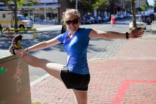 Brianna用變電箱擺出舞者的姿勢拉筋